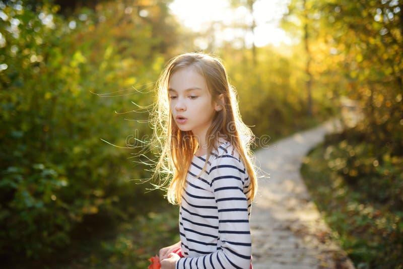 Chica joven linda que se divierte durante alza del bosque en d?a de verano hermoso Naturaleza de exploraci?n del ni?o imagenes de archivo