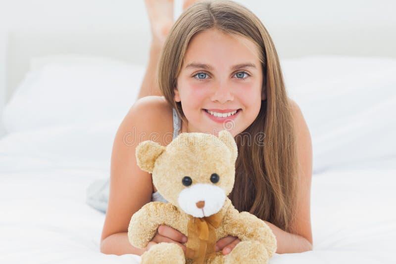 Chica joven linda que sostiene un oso de peluche fotografía de archivo libre de regalías
