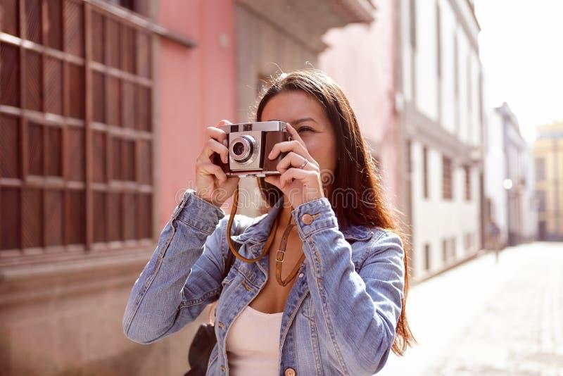 Chica joven linda que toma una imagen en su cámara fotos de archivo libres de regalías