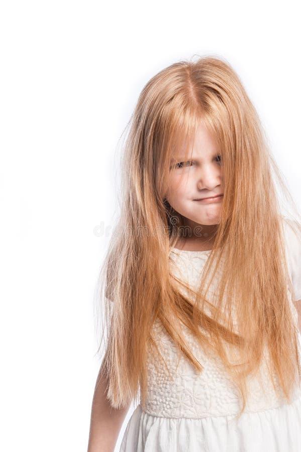 Chica joven loca que oculta detrás de porciones de pelo imágenes de archivo libres de regalías