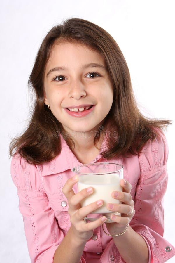 Chica joven/niño con el vidrio de leche imagen de archivo