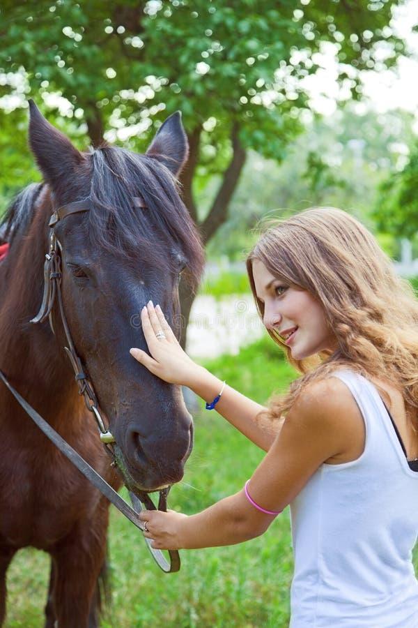 Chica joven para entrenar a un caballo. imagen de archivo libre de regalías