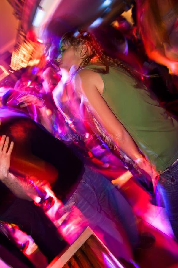 Chica joven partying en el club nocturno imagen de archivo libre de regalías
