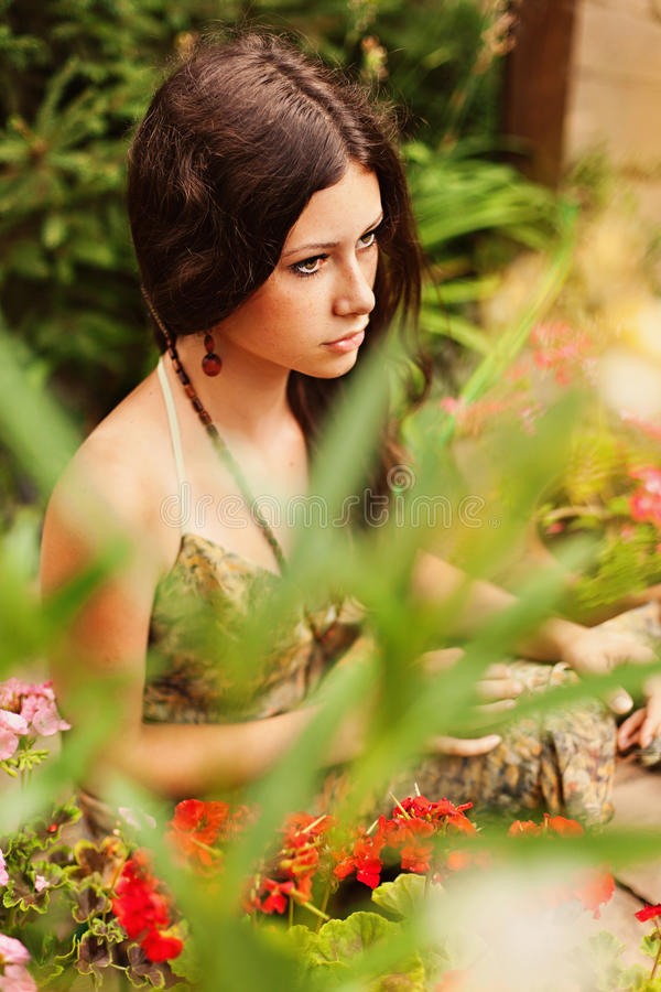 Chica joven pensativa con el pelo marrón imagen de archivo
