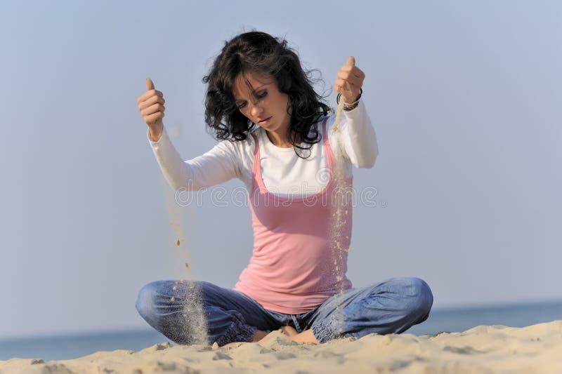 Chica joven, playa y arena fotografía de archivo