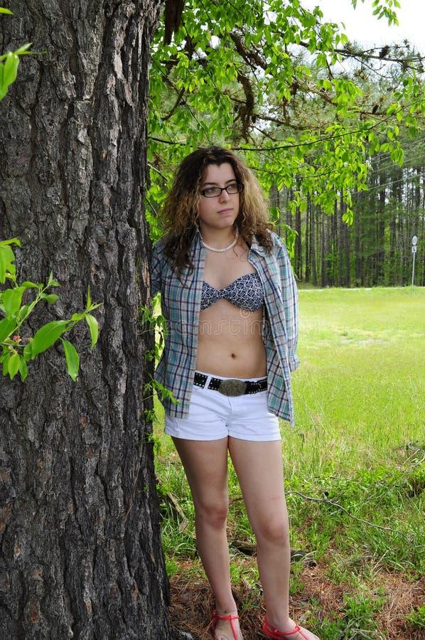 Chica joven por la camisa del árbol abierta fotos de archivo