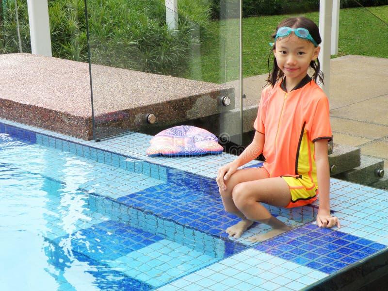 Chica joven por la piscina