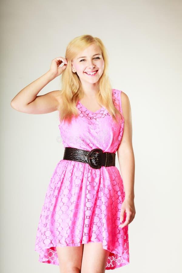 Chica joven preciosa que lleva el vestido rosado corto imagen de archivo