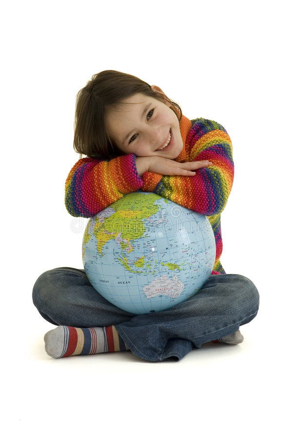 Chica joven que abraza el globo del mundo foto de archivo