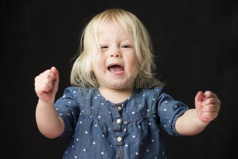 Chica joven que actúa triunfante y entusiasta imagenes de archivo