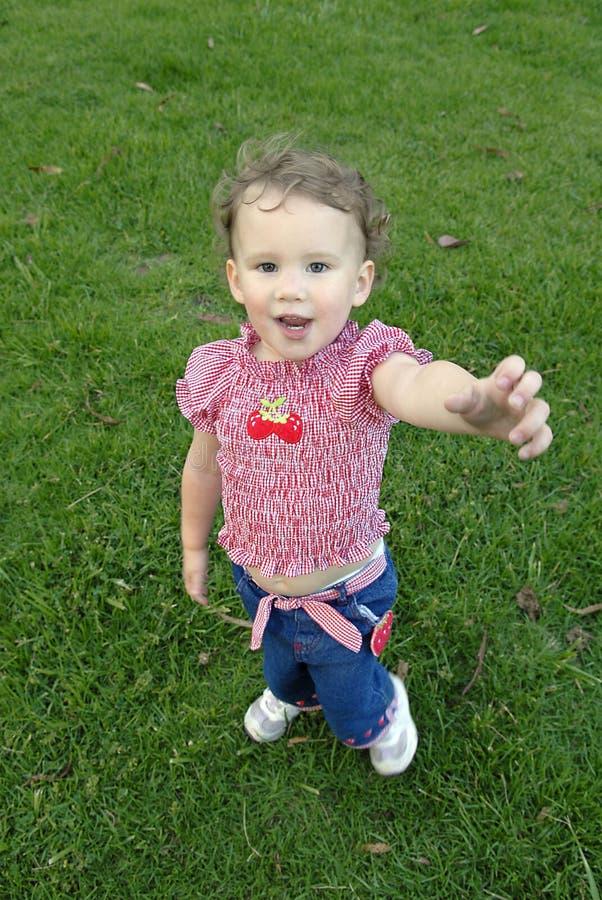 Chica joven que alcanza hacia fuera imagen de archivo libre de regalías
