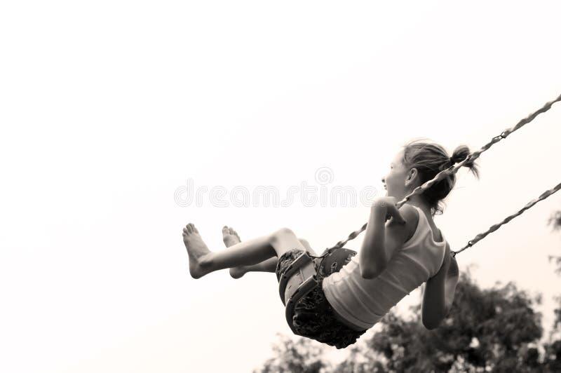 Chica joven que balancea arriba imagen de archivo libre de regalías