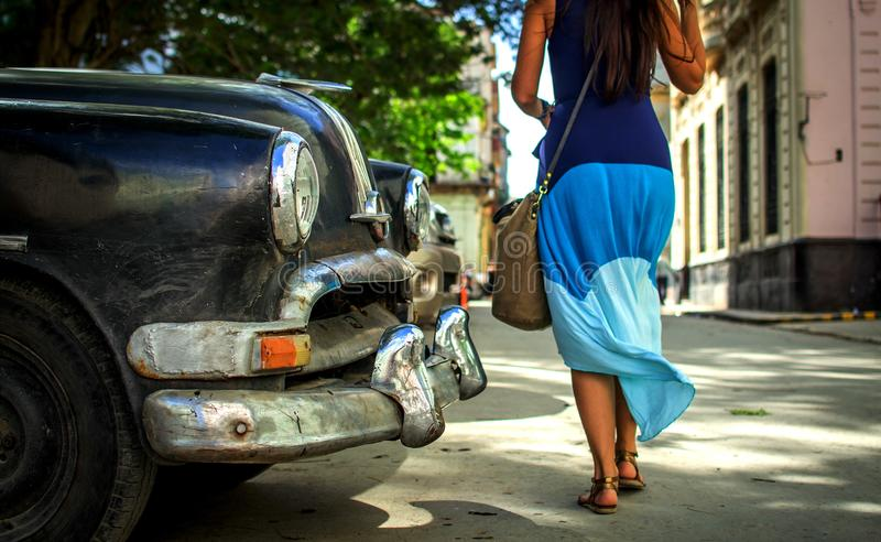 Chica joven que camina abajo de la calle de La Habana imagen de archivo libre de regalías
