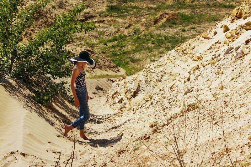 Chica joven que camina al aire libre Turista femenino joven en monta?as fotografía de archivo
