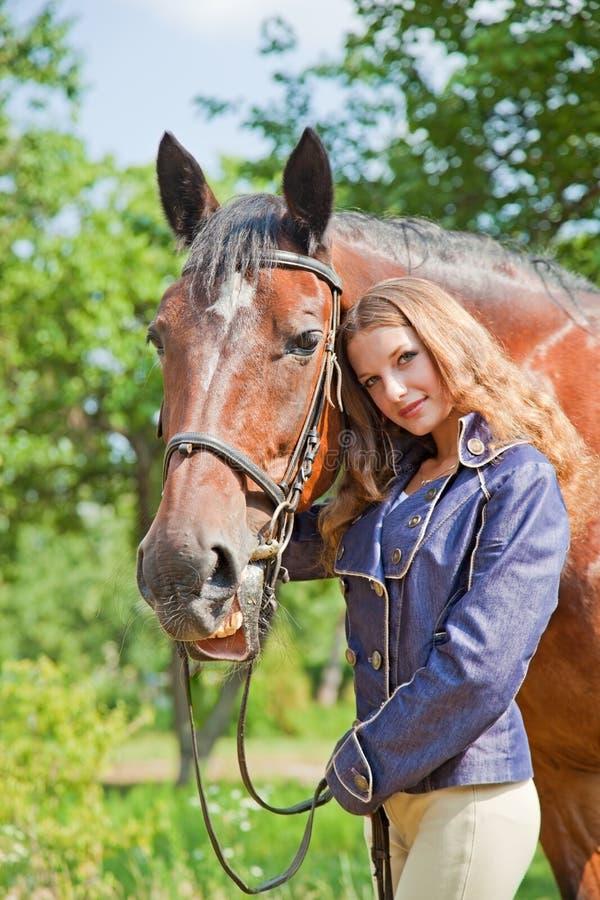 Chica joven con un caballo. imagenes de archivo