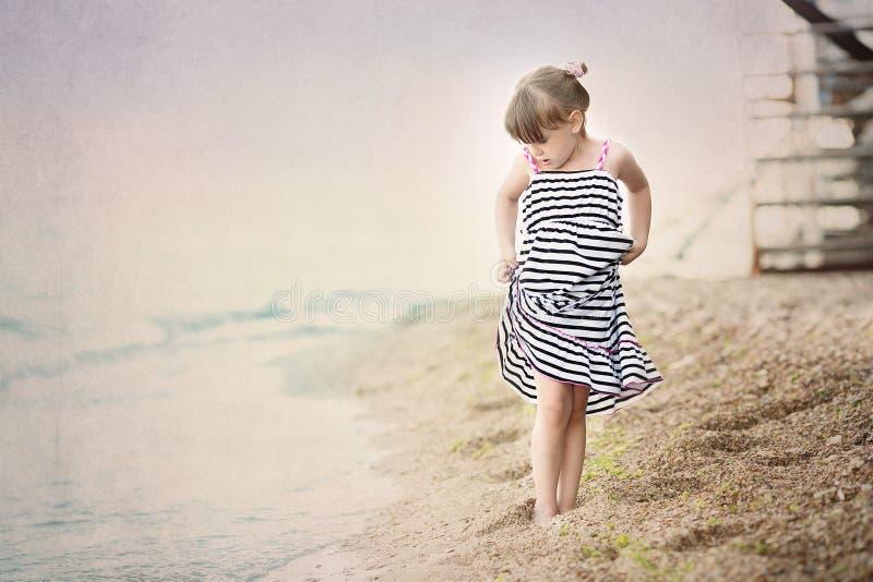 chica joven que camina en la costa de mar fotos de archivo libres de regalías
