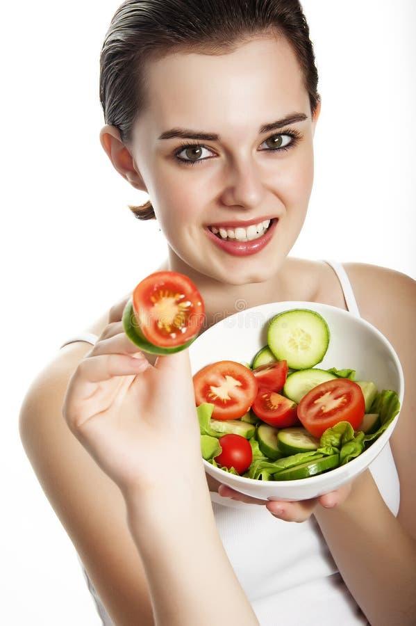 Chica joven que come una ensalada de las verduras frescas fotografía de archivo libre de regalías