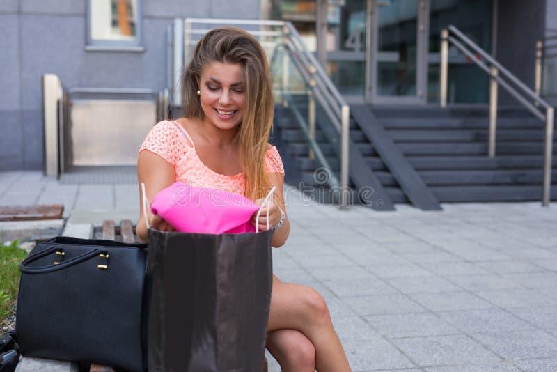 Chica joven que desempaqueta sus panieres Estación de ventas foto de archivo
