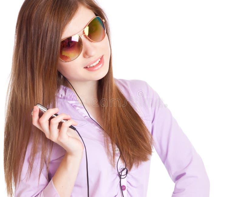 Chica joven que escucha el jugador de OM mp3 de la música imágenes de archivo libres de regalías