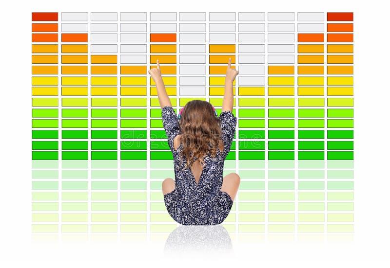 Chica joven que escucha la música de Digitaces en Front Of un equalizador grande de los gráficos imagenes de archivo