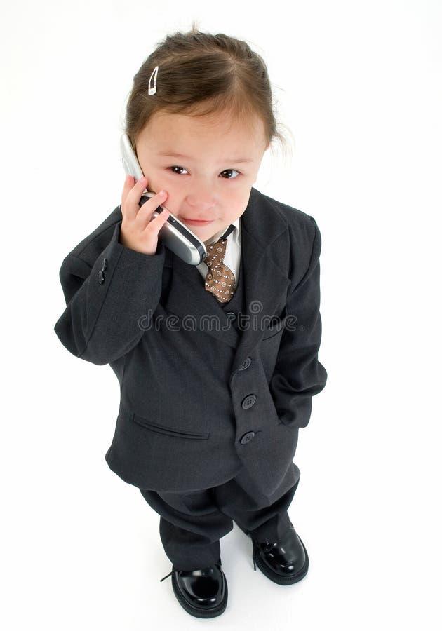 Chica joven que habla en el teléfono   foto de archivo