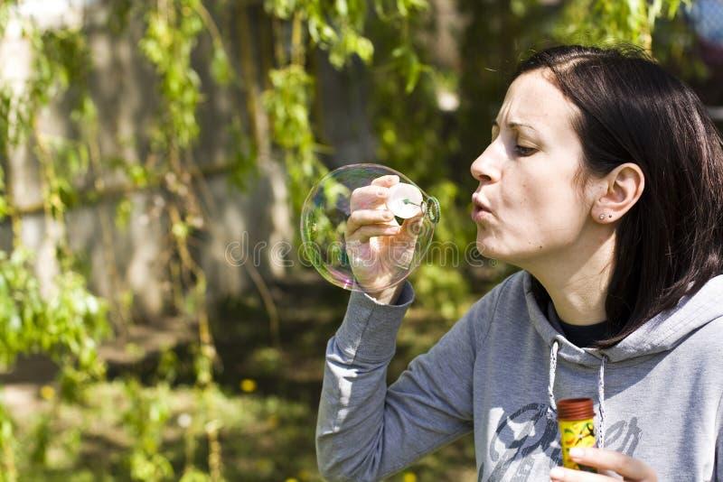 Chica joven que hace la burbuja de jabón fotos de archivo