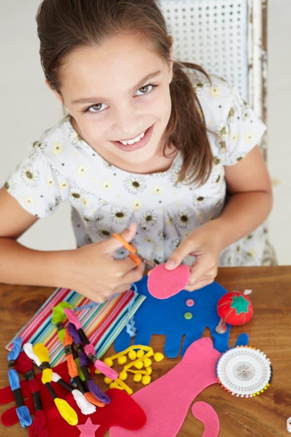 Chica joven que hace las artesanías foto de archivo libre de regalías