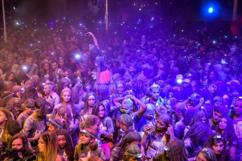 Chica joven que hace su selfie de la muchedumbre en una fiesta en la calle imagen de archivo