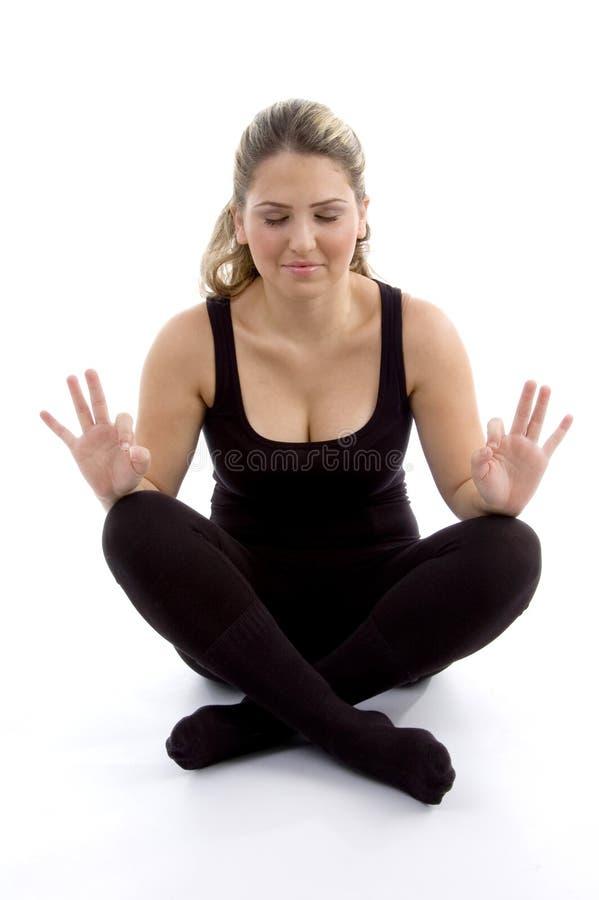 Chica joven que hace yoga fotografía de archivo