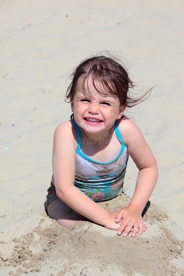 Chica joven que juega en la playa en Weymouth fotos de archivo libres de regalías
