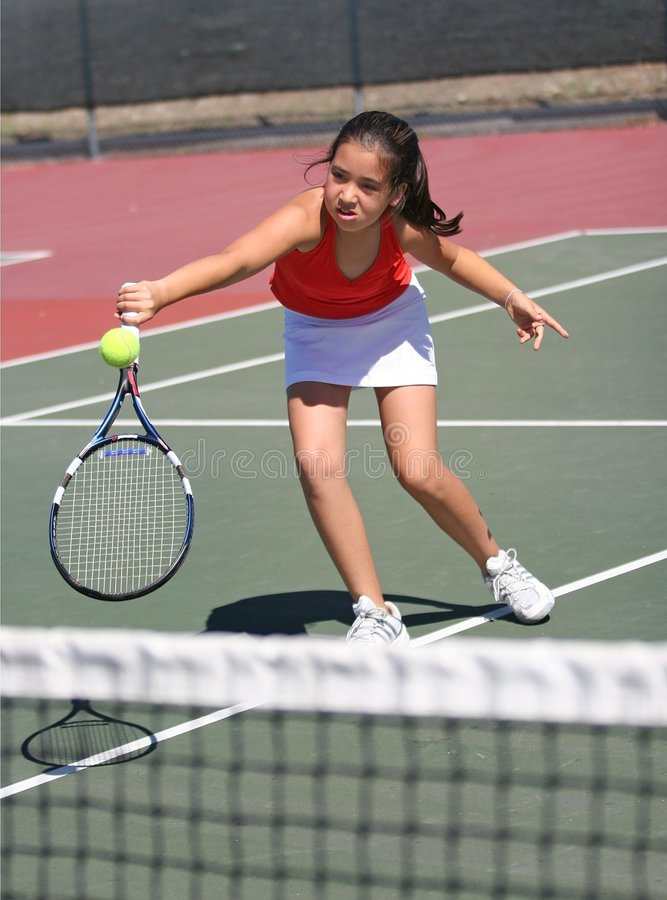 Chica joven que juega a tenis imagen de archivo libre de regalías