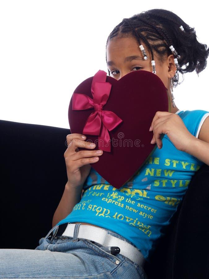 Chica joven que lleva a cabo un corazón foto de archivo libre de regalías