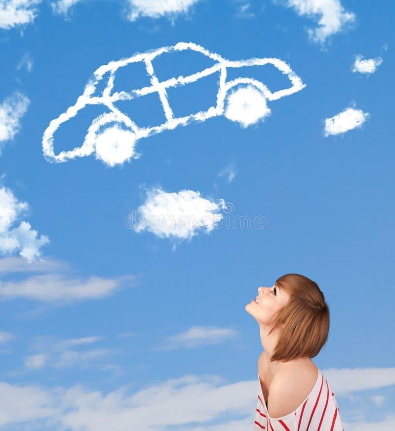 Chica joven que mira la nube del coche en un cielo azul imágenes de archivo libres de regalías