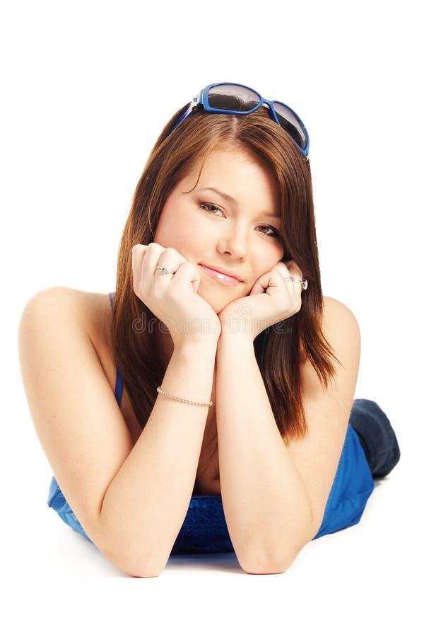 Chica joven que pone en un suelo imagen de archivo