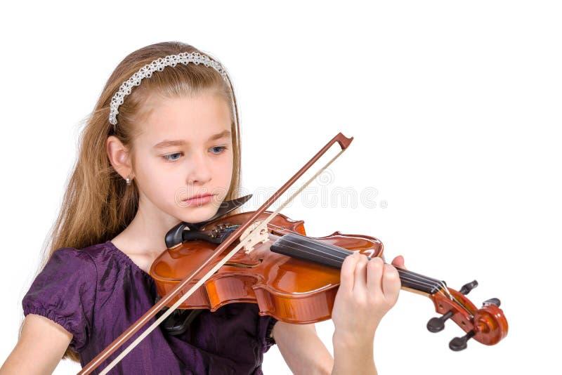 Chica joven que practica el violín. foto de archivo libre de regalías