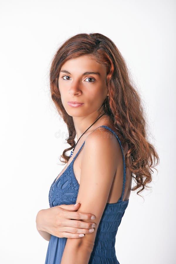 Chica joven que presenta en estudio imagen de archivo
