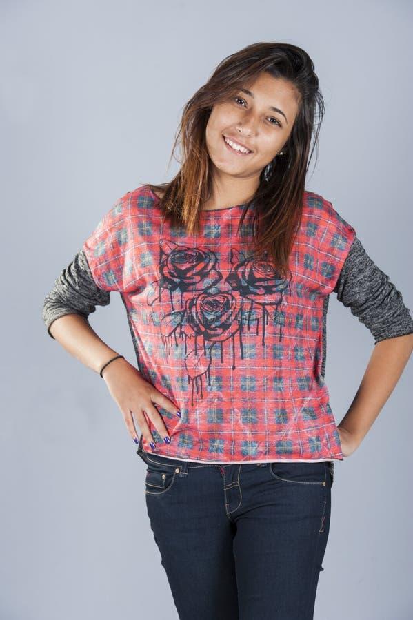 Chica joven que presenta en estudio fotografía de archivo libre de regalías