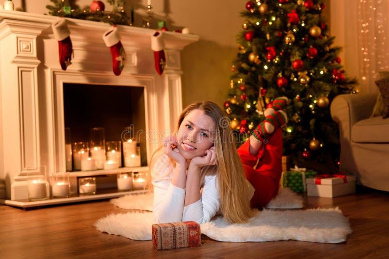 Chica joven que presenta para una imagen en una Navidad imagenes de archivo