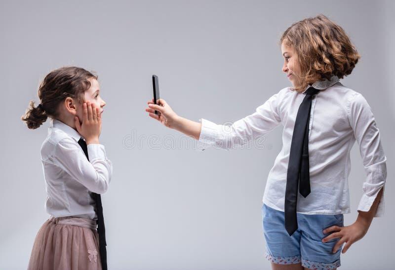 Chica joven que reacciona en la vergüenza imagen de archivo