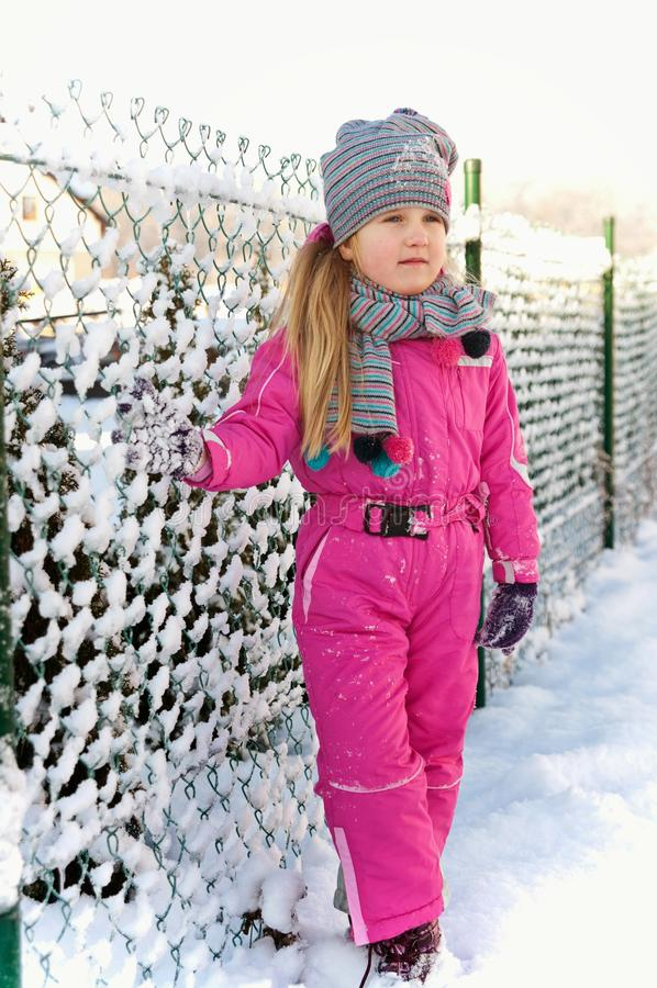 Chica joven que se divierte en invierno foto de archivo