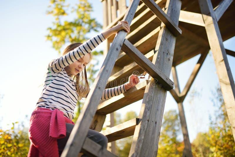Chica joven que se divierte en la torre de observación en la manera que camina cognoscitiva de Tauciuliskes, llevando a través de fotografía de archivo