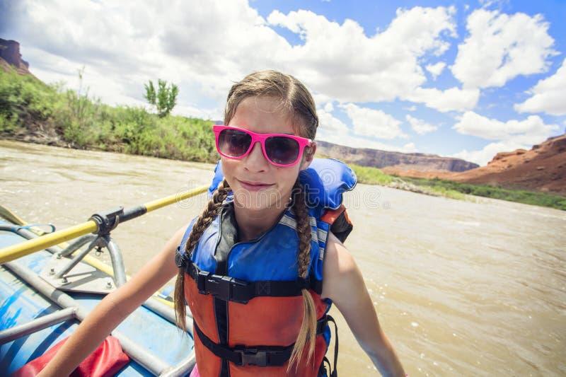 Chica joven que se divierte en un viaje el transportar en balsa de río abajo del río Colorado foto de archivo libre de regalías