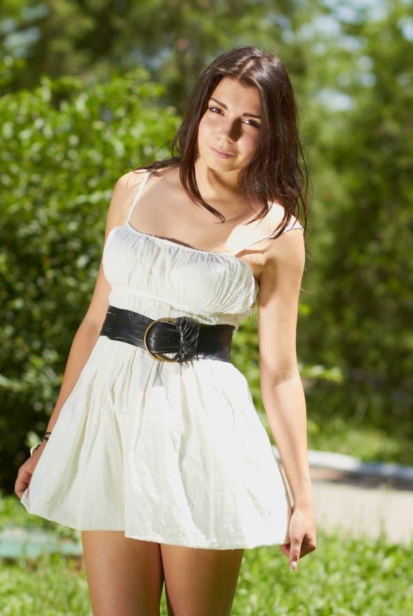 Chica joven que se enfría en parque verde al aire libre imágenes de archivo libres de regalías