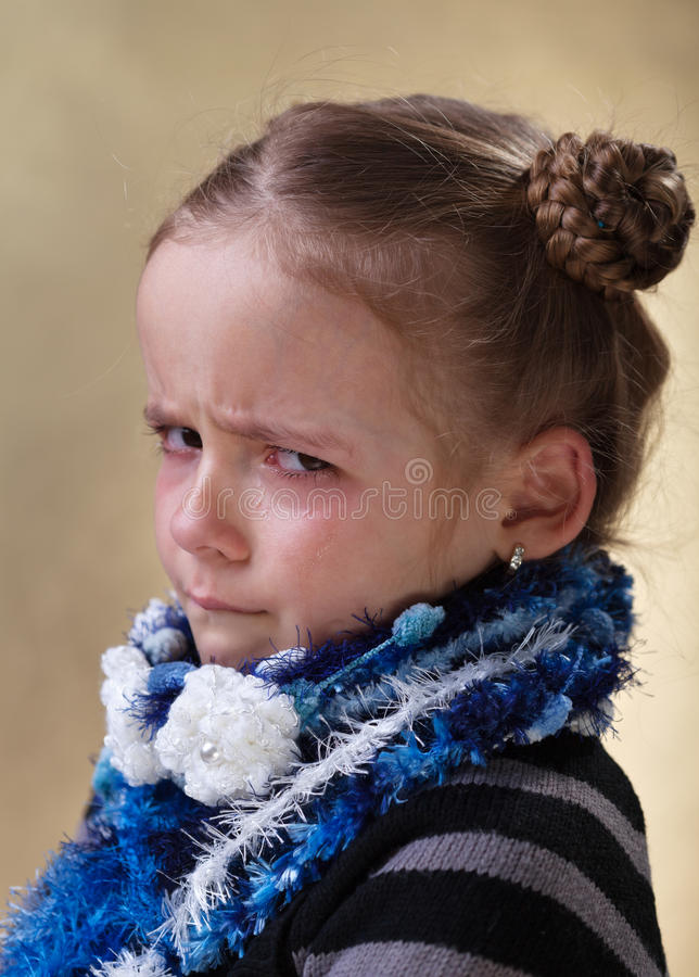 Chica joven que se enfurruña con los rasgones en sus ojos imagen de archivo