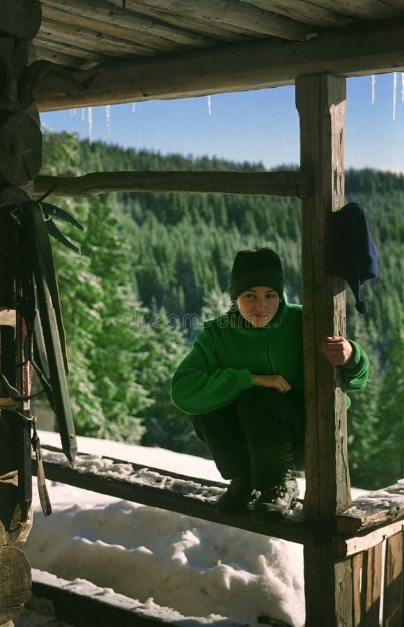 Chica joven que se reclina sobre un alza del invierno imagen de archivo libre de regalías