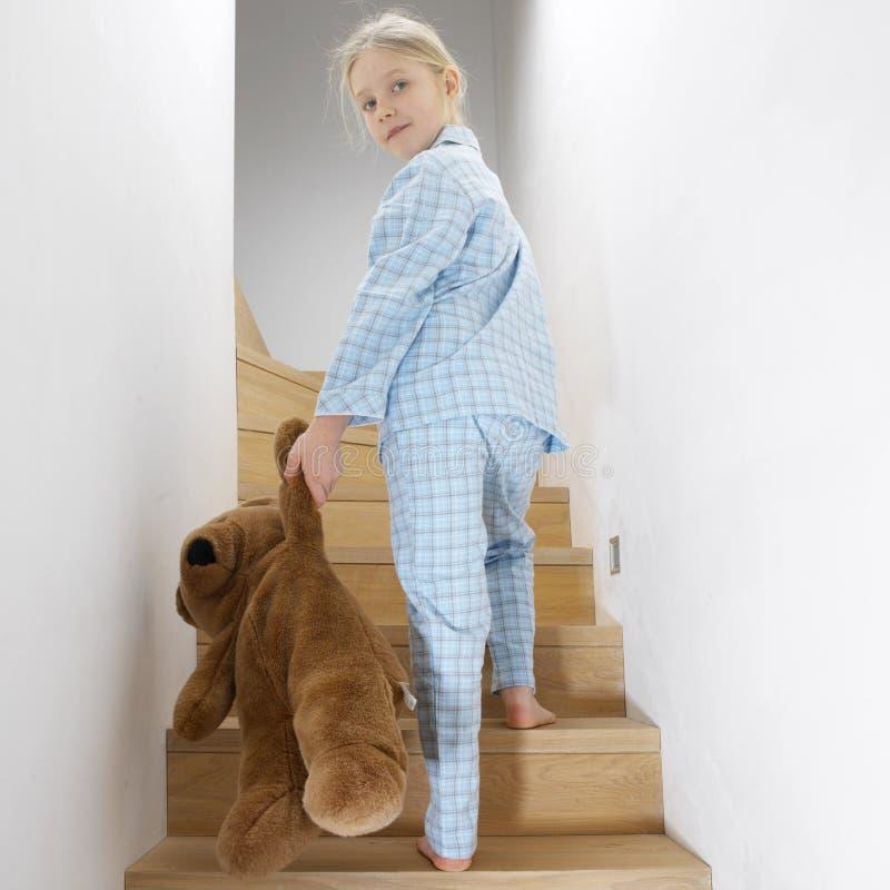 Chica joven que se va a la cama fotografía de archivo libre de regalías