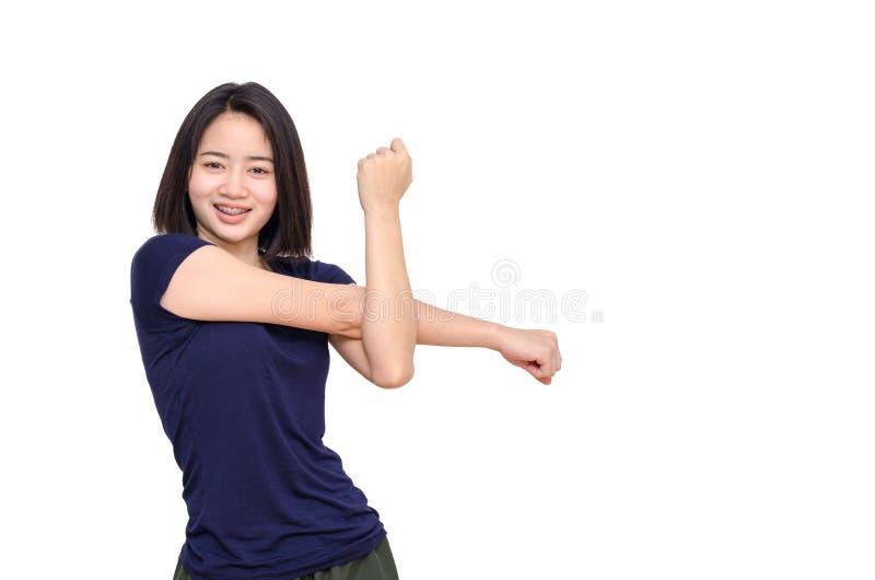Chica joven que sonríe entre el ejercicio sobre blanco fotos de archivo