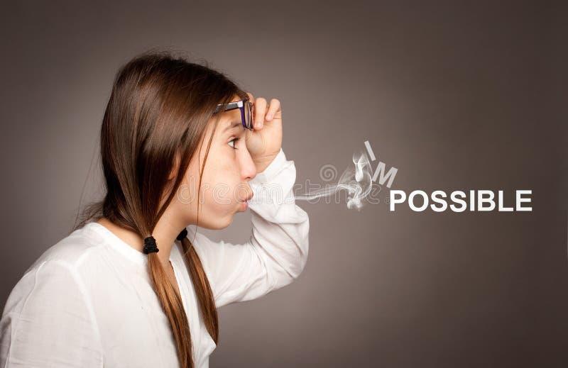 Chica joven que sopla palabra imposible imagen de archivo