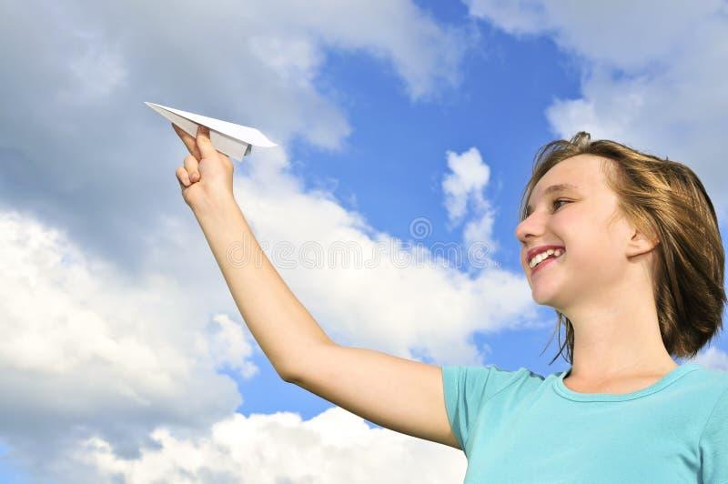 Chica joven que sostiene el aeroplano de papel fotos de archivo libres de regalías