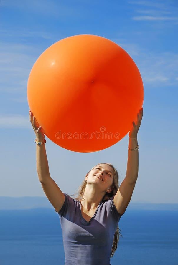 Una muchacha que sostiene el globo grande imagenes de archivo
